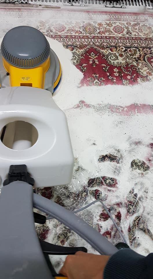 Pranie dywanów na wskroś - Szorowanie dywanu